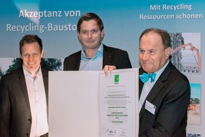 """<div class=""""bildtext"""">&nbsp;<br />1 Presenting of the EAQR Award 2016 (second prize) to comp. Bernegger from Austria, from left to right Christian Mlinar und Andreas Fluch (comp. Bernegger) and Manfred Wierichs (President of EQAR)</div>"""