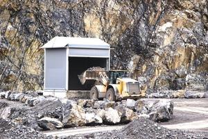 """<div class=""""bildtext"""">2 Das vorgebrochene Material wird kontinuierlich in einen 100&nbsp;m hohen Vertikalschacht geschüttet und gelangt auf einem 912&nbsp;m langen Förderbandstollen zu Produktionsanlagen für Hartsteinkomponenten im Rotzloch • The pre-crushed material is dumped into a 100-m-high vertical shaft and reaches on a 912-m-long belt conveyor the production equipment for hard rock components in Rotzloch</div>"""