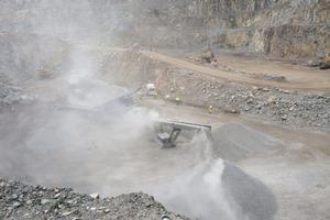 """<div class=""""bildtext"""">1Granitsteinbruch ohne Staubreduzierung • Granite quarry without dust reduction</div>"""