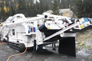 "<div class=""bildtext"">Speziell für den Tunnelbau: vollelektrischer, raupenmobiler SBM Backenbrecher • Espescially for tunnel construction: fully electric, track-mobile SBM jaw crusher</div>"