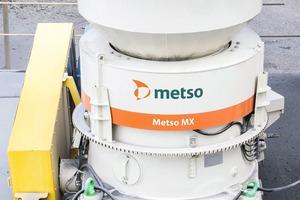 "<div class=""bildtext"">1 Metsos MX-Kegelbrecher-Neuheit kombiniert erstmals die höhenverstellbare Brecherachse und den drehbaren Oberrahmen in einem Brecher • Metso's new MX cone crusher combines for the first-time piston and rotating bowl adjusting technologies</div>"