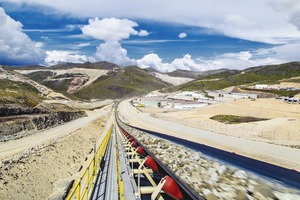 """<div class=""""bildtext"""">3Das Bandanlagensystem in der Las Bambas Mine in Peru transportiert 9400t Kupfererz pro Stunde über eine Distanz von mehr als 5,5km The Las Bambas overland conveyor system in Peru transports 9400t of copper ore per hour over a distance of more than 5.5km</div>"""