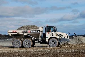 """<div class=""""bildtext"""">1 Der knickgelenkte Muldenkipper TA300 von Terex Trucks im Steinbruch Gallstown • Terex Trucks' articulated hauler, the TA300, at Gallstown Quarry</div>"""