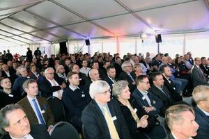 """<div class=""""bildtext"""">3 Rund 180 Gäste nahmen an der festlichen Einweihung teil • Around 180 guests attended the inauguration ceremony</div>"""