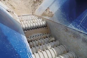 """<div class=""""bildtext"""">2 Um den klebrigen Kalkstein effizient aufzubereiten, wurde die MC&nbsp;125&nbsp;RR mit einem speziellen Rollenrost ausgestattet • To ensure efficient processing of the adhesive limestone, the MC&nbsp;125&nbsp;RR was equipped with a special wobbler feeder</div>"""