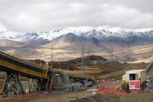 """<div class=""""bildtext"""">Siemens liefert für ein Förderbandsystem der Oyu Tolgoi Kupfermine in der Mongolei ein getriebeloses Antriebssystem – wie hier für die Las Bambas Kupfermine in Peru • Siemens supplies a gearless drive for a conveyor belt system to Oyu Tolgoi copper mine in Mongolia – as here for the Las Bambas copper mine in Peru</div>"""