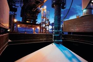 """<div class=""""bildtext"""">21 Alumina bei der Schiffsbeladung • Alumina being loaded into a bulk ore carrier</div>"""