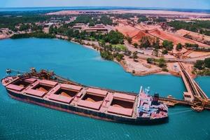 """<div class=""""bildtext"""">20 Schiffsbeladung von der Weipa-Bauxitmine • Ship loading of bauxite from the Weipa mine </div>"""