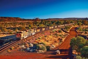 "<div class=""bildtext"">15 Eisenerzzug von Mt Newman • Iron ore train from Mt. Newman </div>"