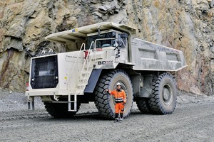 "<div class=""bildtext"">Der Starrrahmenkipper TR100 von Terex Trucks soll Straßenbaumaterial zur Tagebaukupfermine von Boliden transportieren • Terex Trucks' rigid hauler TR100 to transport road materials in Boliden's open pit copper mine</div>"