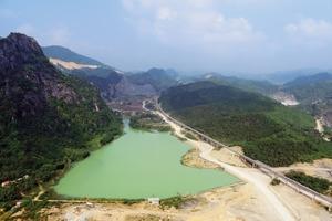 """<div class=""""bildtext"""">3In Vietnam realisierte BEUMER für den Zementhersteller Cong Thanh den Routenverlauf auf einem sehr schmalen Landstrich<br />BEUMER managed to route the conveyor along a very narrow stretch of land in Vietnam for the cement producer Cong Thanh</div>"""