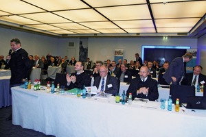 """<div class=""""bildtext"""">2 Blick in das Auditorium • View at the audience</div>"""