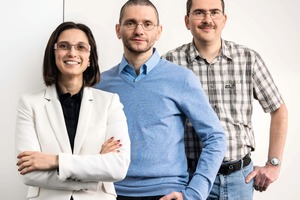 "<div class=""bildtext"">1 Das Erzlabor-Team v.l.n.r.: Petya Atanasova, Andreas Bartzsch, Dr. Dirk Sandmann • The Erzlabor team from left to right: Petya Atanasova, Andreas Bartzsch, Dr Dirk Sandmann</div>"