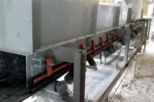 """<div class=""""bildtext"""">2 Die externe Verschleißplatte und die Seitendichtung helfen, eine Beschädigung der Schurrenwand zu verhindern • The external wear liner and apron seal help prevent damage to the chute wall</div>"""