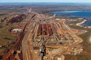 "<div class=""bildtext"">9 Pilbara Eisenerzverschiffung • Pilbara iron ore shipment facility</div>"