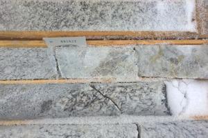 """<div class=""""bildtext"""">Bohrkerne von Lithium-Pegmatit mit großen Feldspat- und lithiumführenden Spodumen-Mineralen • Drill cores of lithium pegmatite with large feldspar and lithium-bearing spodumene minerals</div>"""
