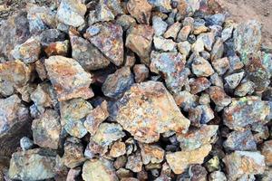"""<div class=""""bildtext"""">3 Galena ist das wichtigste Bleierz und besitzt eine sehr abrasive und damit hoch verschleißende Oberfläche • Galena is the most important ore of lead and a highly abrasive kind of rock</div>"""