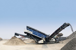 "<div class=""bildtext"">2 Die mobilen Siebanlagen MOBISCREEN EVO bringen sowohl im Naturstein als auch in Recyclinganwendungen eine hohe Leistung • The MOBISCREEN EVO mobile screens demonstrate high capacity for both quarry products and recycling applications</div>"