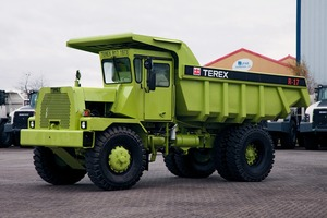 "<div class=""bildtext"">1	Der 40 Jahre alte Schlepper R17 steht gleichermaßen für die Geschichte und die Entwicklung von Terex Trucks<br />The 40-year-old R17 hauler represents both the history and evolution of Terex Trucks</div>"
