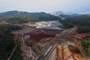 "<div class=""bildtext"">Der neue Santarem Rückhalte-Damm in Mariana/Brasilien • The new Santarem retention dam in Mariana/Brazil</div>"