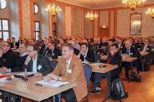 """<div class=""""bildtext"""">3 Etwa 140&nbsp;Fachleute haben sich in Freiberg eingefunden • Around 140&nbsp;experts have come to Freiberg </div>"""