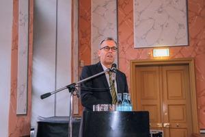 """<div class=""""bildtext"""">2 Prof. Dr. Holger Lieberwirth berichtete über die Entwicklung des Instituts • Prof. Dr. Holger Lieberwirth reported on the development of the institute</div>"""