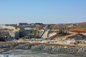 2 Die Anlage wird bis zu 2500 t/h Kalkstein verarbeiten, bei einer Aufgabegröße von bis zu 2000 mm Kantenlänge • The plant is going to process up to 2500 t/h limestone at a feed size of up to 2000 mm edge length