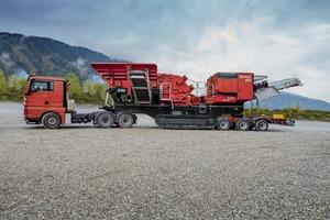 """<div class=""""bildtext"""">Eine Dreiachs-Zugmaschine und das Dolly-Transportsystem reichen für einen raschen und unkomplizierten Standortwechsel der SBM REMAX 400 • A three-axle tractor and dolly transport system are sufficient for fast and uncomplicated transfer of the SBM REMAX 400 to a new site</div>"""