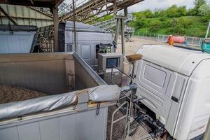 """<div class=""""bildtext"""">Die Terminals befinden sich direkt neben den Fahrzeugen an der Beladung #&nbsp; The terminals are directly next to the vehicles in the loading area</div>"""