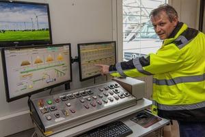 "<div class=""bildtext"">Mit dem neuen System ist auch Betriebselektriker Guido Behrens, welcher an der Waage arbeitet, sehr zufrieden # The company's responsible electrician, Guido Behrens, who operates the scales, is also very satisfied with the new system</div>"