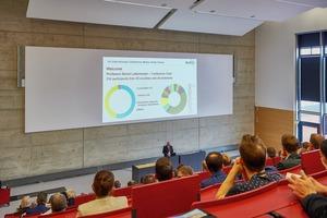 """<div class=""""bildtext"""">1Prof. Bernd Lottermoser begrüßt die Tagungsteilnehmer<br />Prof. Bernd Lottermoser welcomes the conference attendees</div>"""