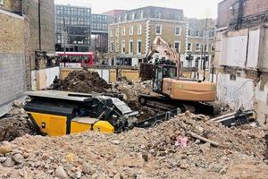 """<div class=""""bildtext"""">1 RM&nbsp;Brecher im Einsatz nahe des Camden Markets, wo neben einer Schule ein Gebäude abgerissen werden sollte • RM&nbsp;crusher in operation near Camden Market, where a building next to a school was to be demolished</div>"""