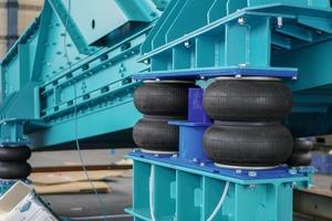 """<div class=""""bildtext"""">Installation der Luftfederung an einer schweren Siebmaschine • Installation of the air spring system on a heavy screen</div>"""