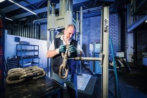 2 Einbau einer Rundstahlkette mit Kettenschloss zur dynamischen Schwingprüfung • Installation of a round steel chain with chain lock for the dynamic vibration test
