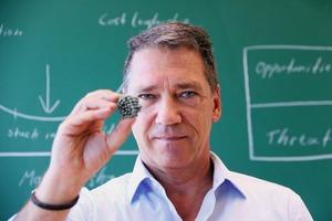 """<div class=""""bildtext"""">Prof. Niski präsentiert Green Magnets – ein nachhaltiges Produkt • Prof. Niski presents green magnets – a sustainable product</div>"""