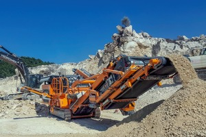 """<div class=""""bildtext"""">1Der R1100S beim Einsatz in der Region Gaziantep beim Brechen von Kalkstein auf 0–35mm⇥Use of the R1100S in road construction in the Gaziantep region when crushing limestone to 0–35mm </div>"""