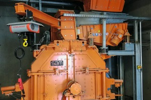 "<div class=""bildtext"">Der SMR 10/5/4 Prallbrecher von SBM zerkleinert die Überschuss­körnungen, um sie wieder dem Produktionskreislauf zuzuführen<br />The SMR 10/5/4 Impact Crusher made by SBM crushes the oversize fractions to re-integrate them into the production cycle</div>"