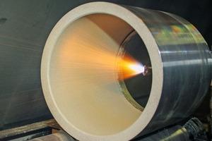 """<div class=""""bildtext"""">5 Automatisierte Plasmabeschichtung einer Büchse • Automated plasma-coating of a bushing </div>"""