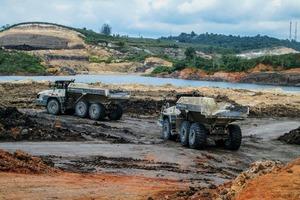 """<div class=""""bildtext"""">2 10TA400 beseitigen große Mengen Abraum aus einem Kohlebergwerk • 10TA400s are removing huge volumes of overburden from a coal mine</div>"""