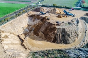 """<div class=""""bildtext"""">1 Die Kies- und Sandgrube der Firma H.W. Gottschalk • The sand and gravel pit owned by H.W. Gottschalk</div>"""