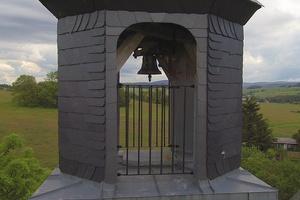 """<div class=""""bildtext"""">4 Erneuerter Glockenturm • Renovated bell tower </div>"""