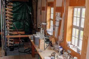 """<div class=""""bildtext"""">8 Verfahrenstechnisches Labor mit Wendelscheider im Hintergrund<br />Process engineering laboratory and a spiral concentrator in the background</div>"""
