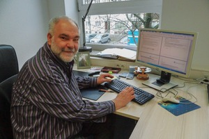 "<div class=""bildtext"">Prof. Dr.-Ing. Ulrich Teipel an seinem Arbeitsplatz an der Technische Hochschule Nürnberg • Prof. Dr.-Ing. Ulrich Teipel at his workplace at the Nuremberg University of Technology </div>"