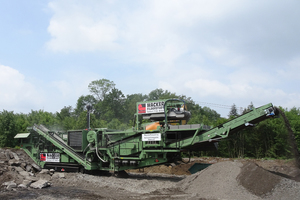 "<div class=""bildtext"">The track-mounted GIPOKOMBI&nbsp;RC&nbsp;130&nbsp;FDR&nbsp;DA is equipped with the powerful Type P&nbsp;130 impact crusher and the large double-deck screener, both mounted on a single machine chassis</div>"