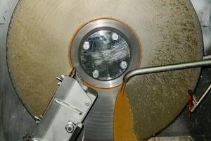 """<div class=""""bildtext"""">3 Trocknung von Abwasser auf einer Scheibe eines CDDryers501 im Allgaier Technikum in Uhingen<br />Drying of waste water on a disc in a CDDryer501 at the Allgaier test centre in Uhingen</div>"""