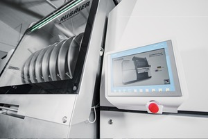 "<div class=""bildtext"">6 Intelligente Anlagensteuerung über das intuitiv bedienbare Touchpanel zum Abrufen und Ändern der aktuellen Maschinen- und Prozessparameter • Intelligent plant control with the intuitively operated touch panel to call up and change the current machine and process parameters</div>"