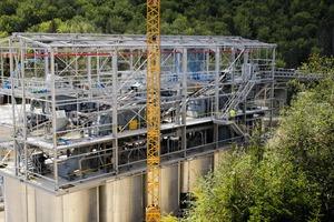 """<div class=""""bildtext"""">3 Bau der neuen Siebanlage über den 12 Silos • Installation of the new screen above the 12 silos</div>"""