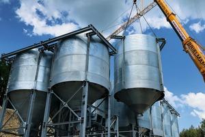 """<div class=""""bildtext"""">2 Bau der neuen Siloanlage • Installation of a new silo facility</div>"""