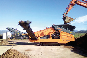 "<div class=""bildtext"">3 Rockster RSS410 2-deck scalping screen at the separation of topsoil</div>"