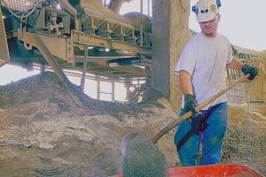 "<div class=""bildtext"">1 Materialansammlungen am Boden sind ein Sicherheitsrisiko und müssen vom Betriebspersonal manuell beseitigt warden • Accumulated material on floors is a potential safety risk and must be manually removed by operational personnel</div>"